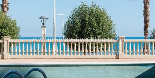 Spectacular views surround this pretty El Campello beachside apartment.