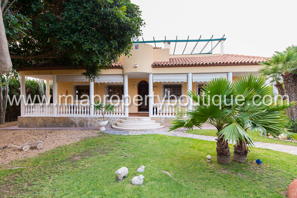 Beautiful Chalet with decked pool, Villamontes